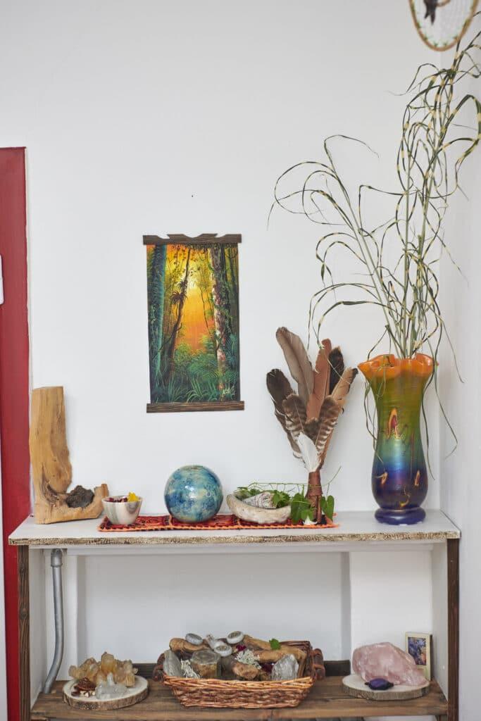 Vase, Federn, Steinkugel, Bild